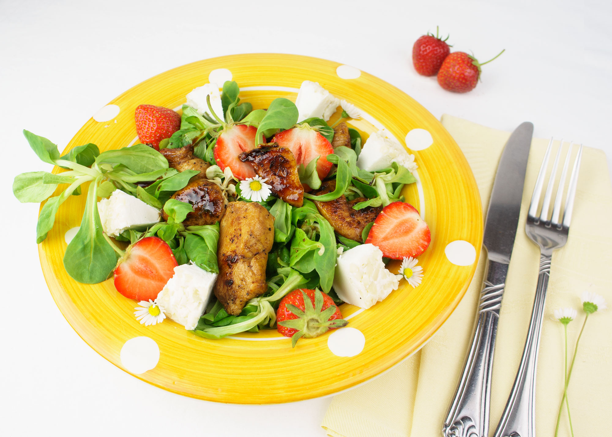 Balsamico-Honig-Huhn auf Vogerlsalat. Ziegenkäse und Erdbeeren