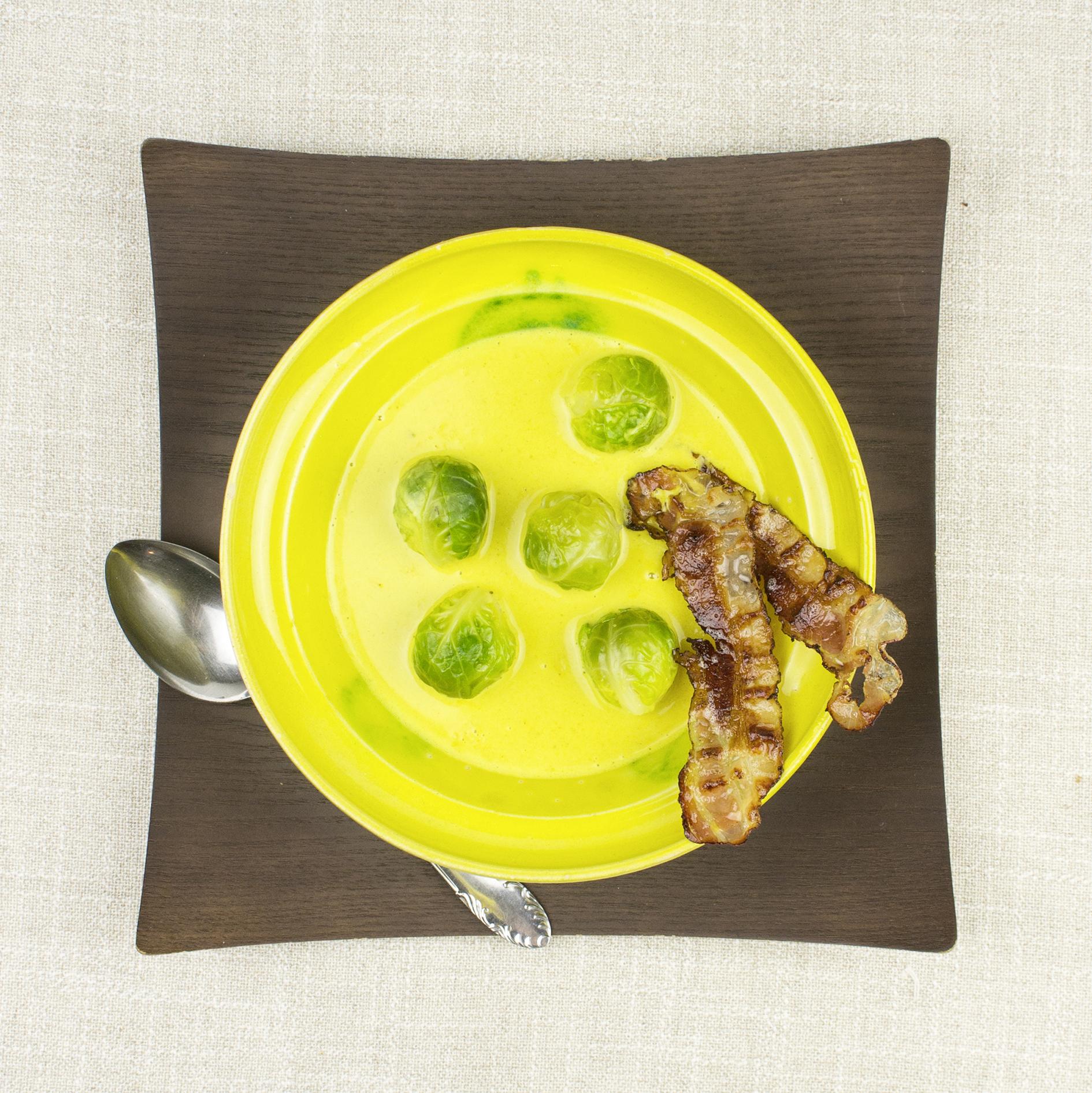 Curry-Kokos Suppe mit Kohlsprossen und Speck