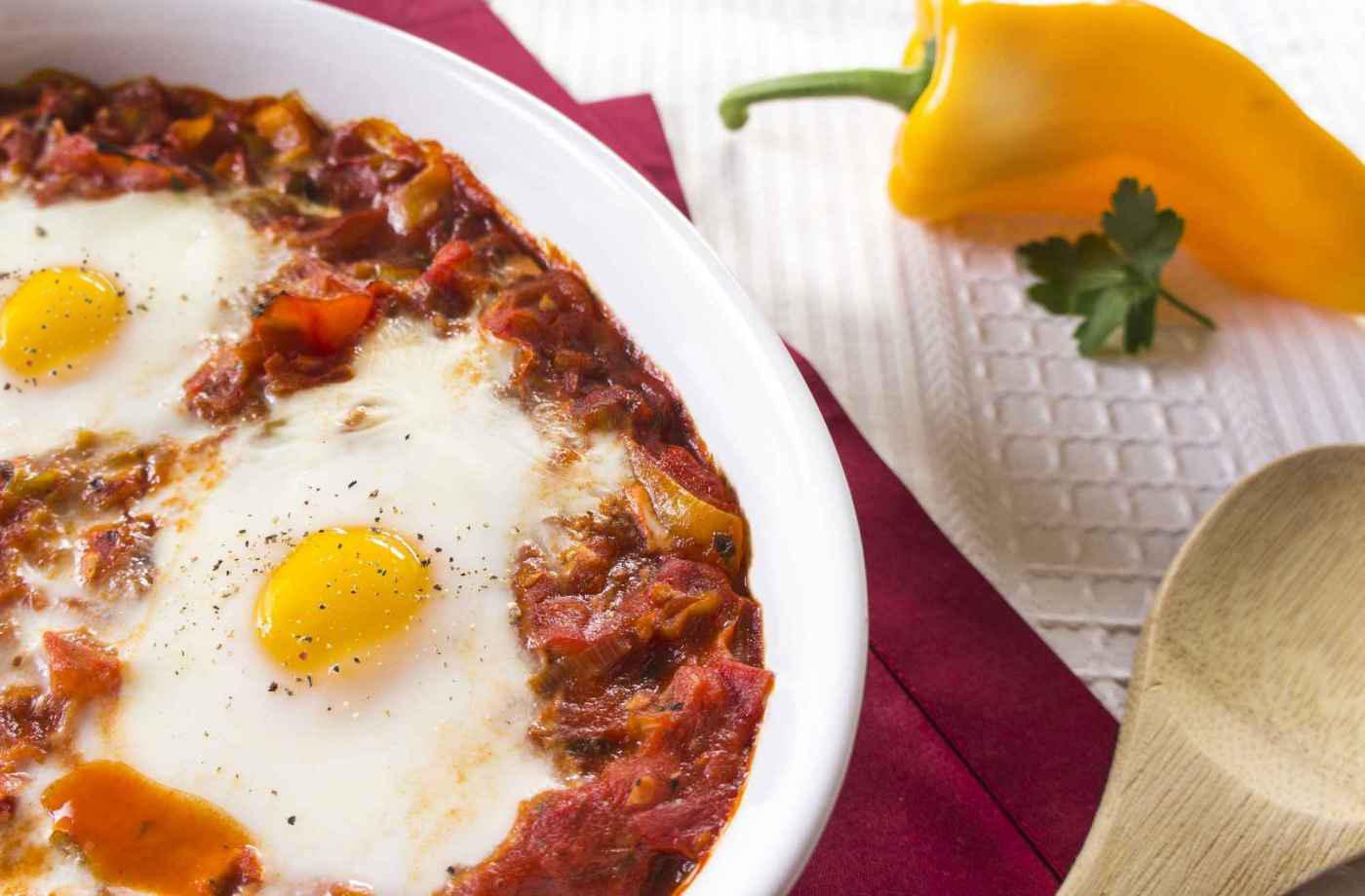 Gebackene Eier auf Tomaten-Paprika-Gemüse