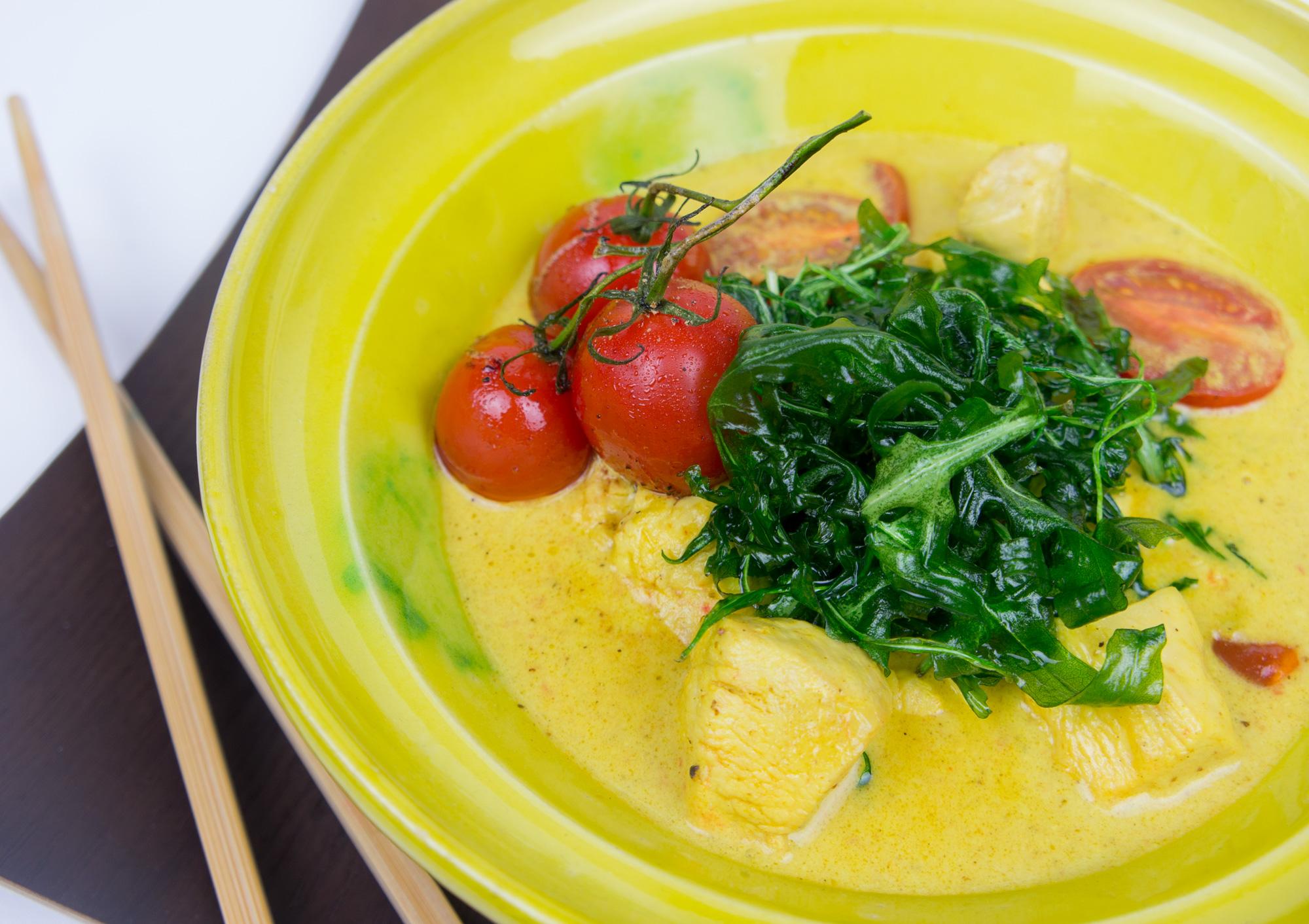Schnelles gelbes Hühner Curry mit Tomaten und frittiertem Rucola
