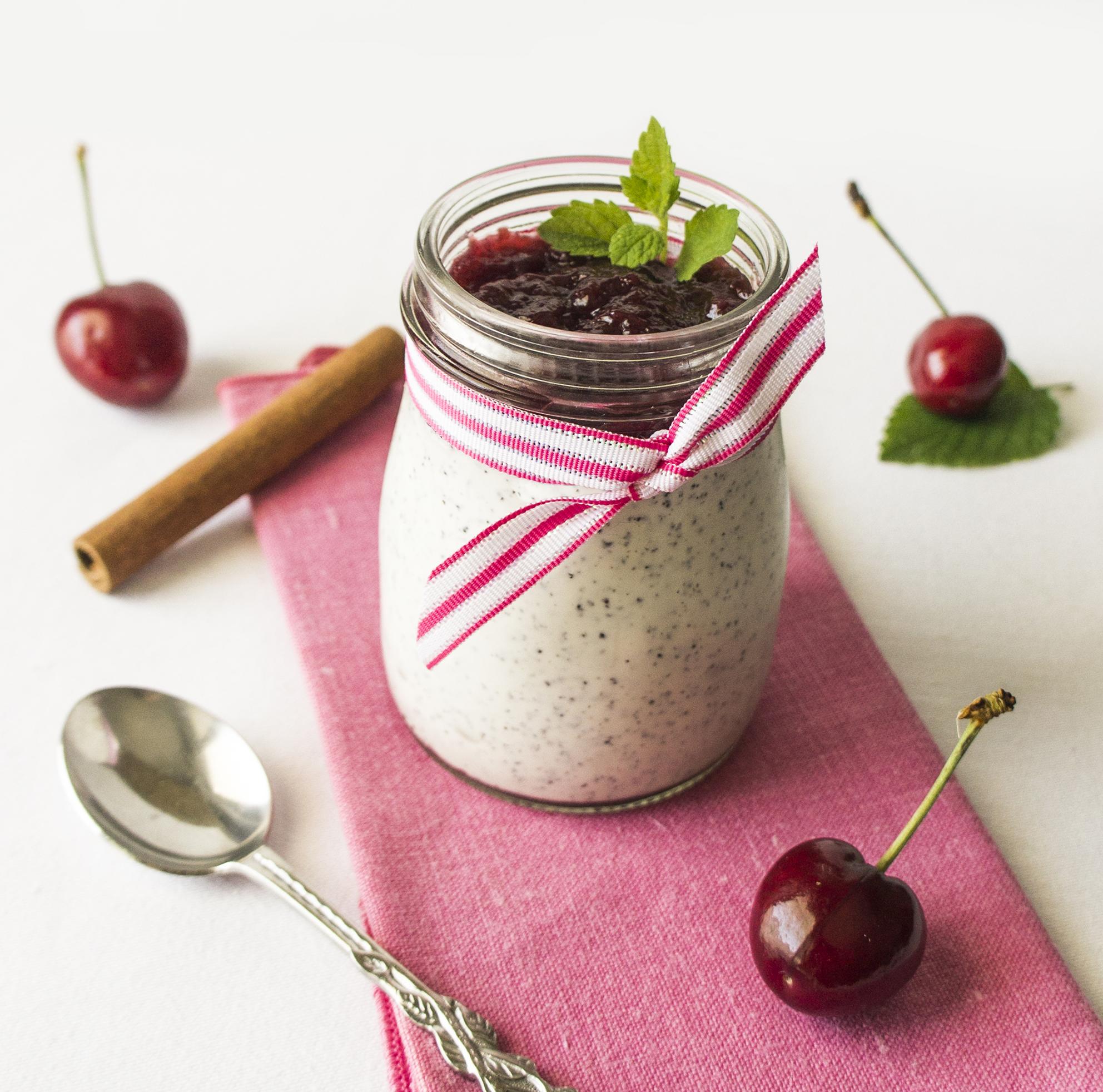 Mohn-Joghurt mit Kirsch-Amaretto-Marmelade