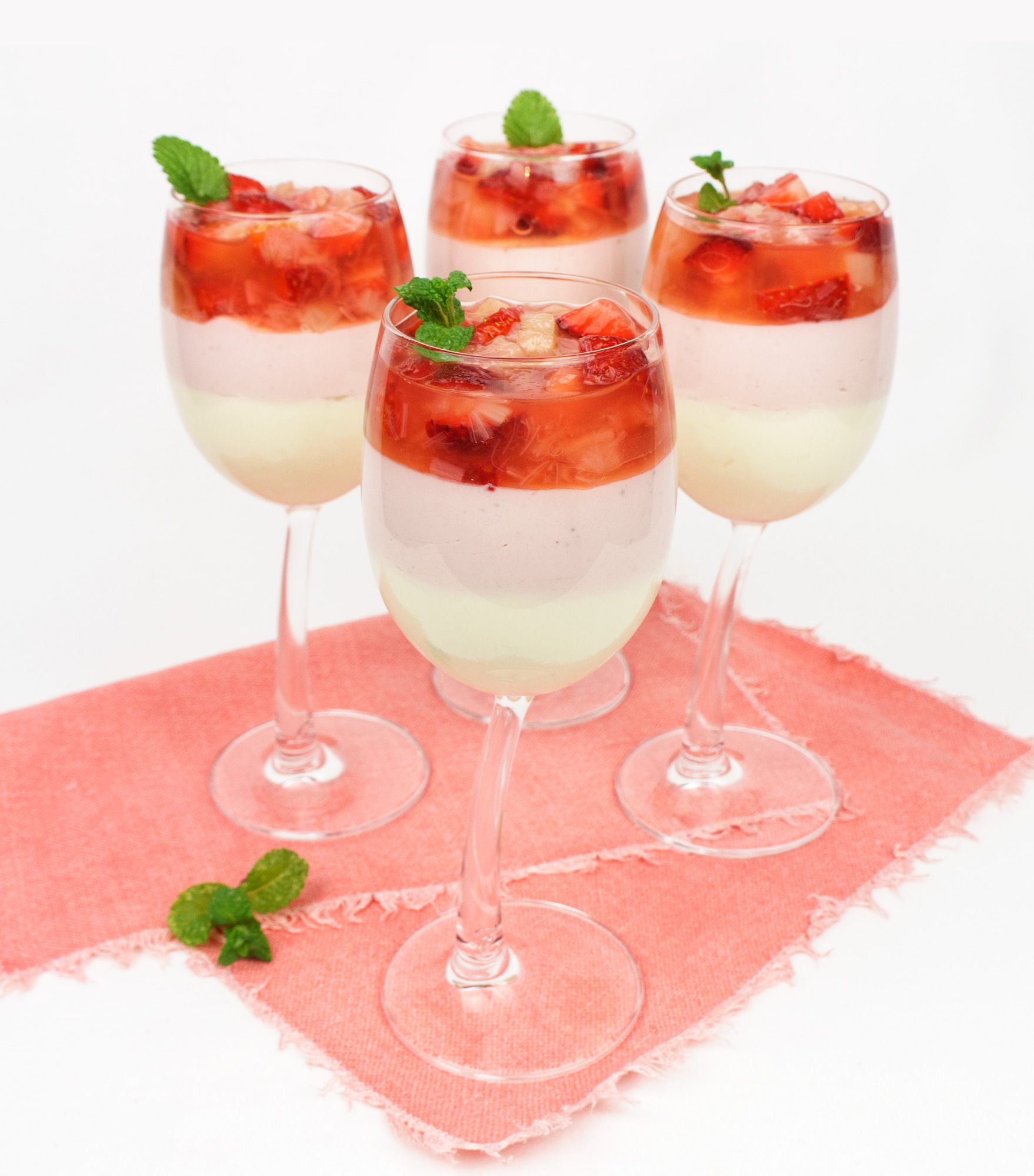 rhabarber erdbeer kompott mit mascarpone topfen creme rezept f r 4 personen keine scheu vor fett. Black Bedroom Furniture Sets. Home Design Ideas