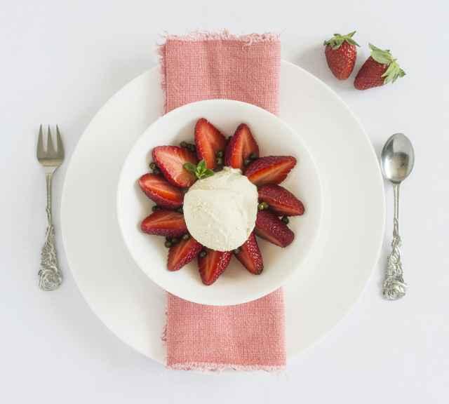 Cashew Eis mit Pfeffer Erdbeeren