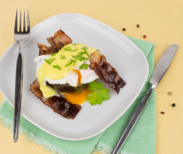 Paleo Eggs Benedict mit selbstgemachter Sauce Hollandaise