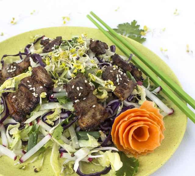 Knusper Asia Bauch auf bunten Salatstreifen