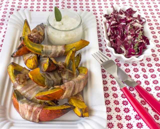 Kürbis Saltimbocca mit Blue Cheese Dip und Radicchio Salat
