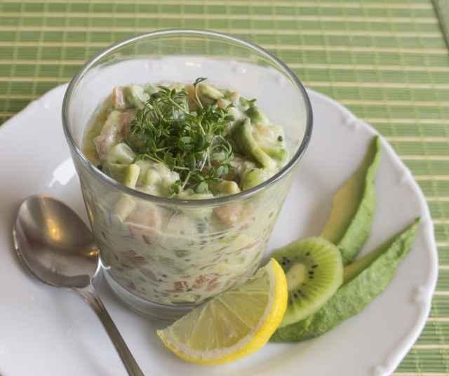 Lachstatar mit Avocado und Kiwi