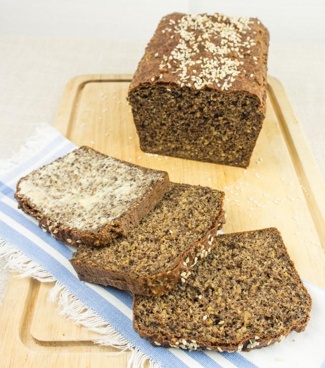 Paleoprimal Leinsamen-Topfen Brot mit Sesam