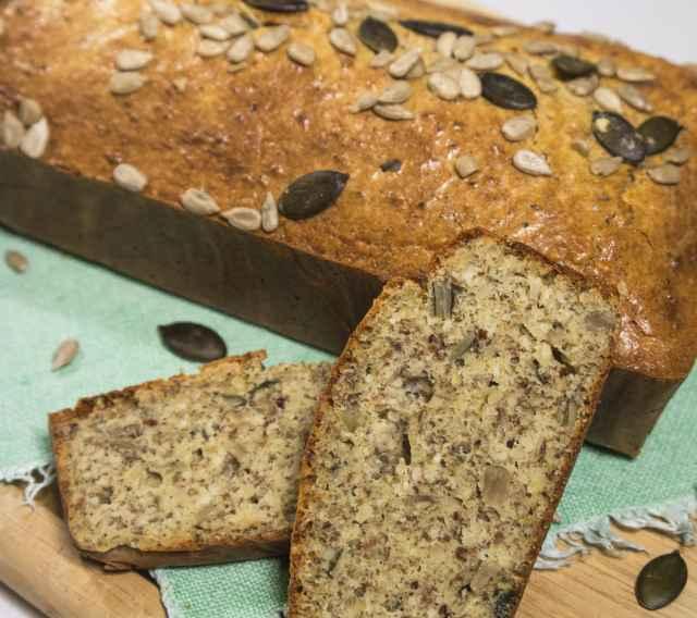 Paleo Brot mit Sonnenblumen- und Kürbiskernen