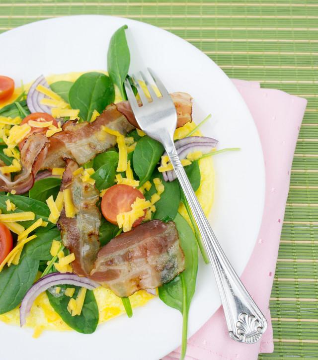 Buntes offenes Omelette mit frischem Blattspinat