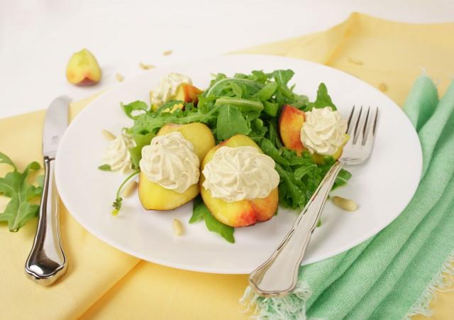 Pfirsichspalten mit Portweincreme auf Rucola