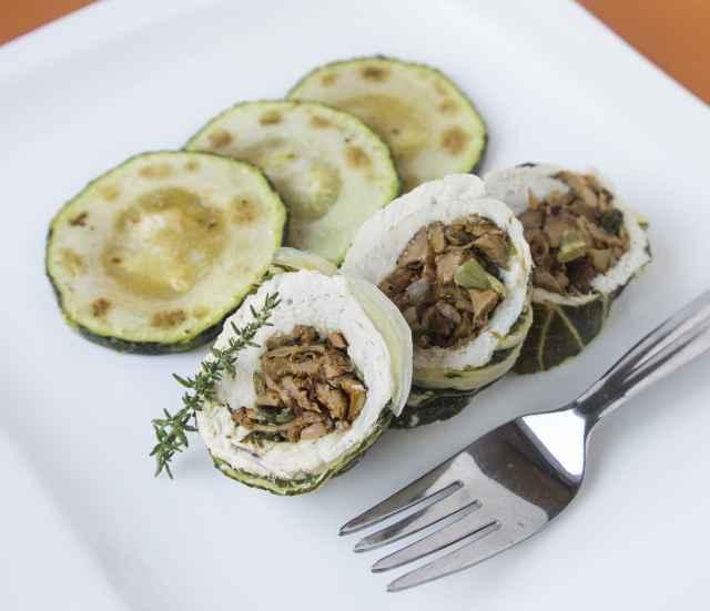 Pochierte Truthahnrolle im Mangoldmantel, gefüllt mit Eierschwammerl
