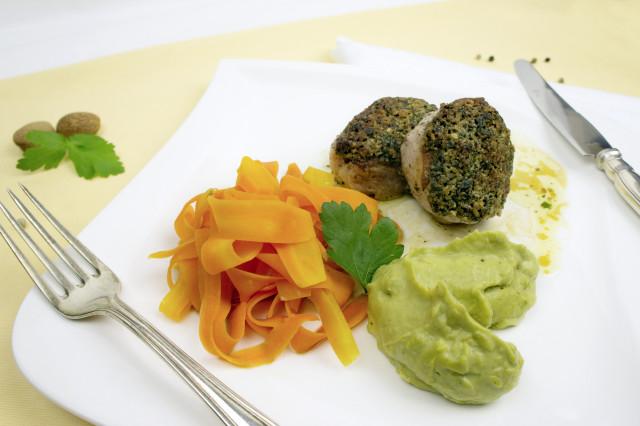 Schweinemedaillons mit Kräuterkruste Karottenschleifen und Kohlsprossenpüree