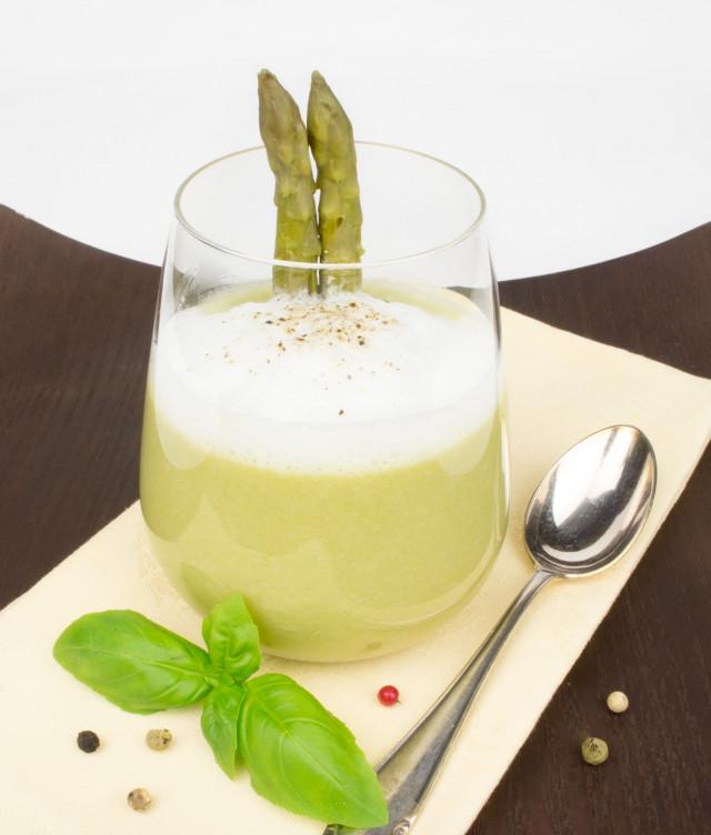 grüner Spargel Cappuccino mit Milchschaum