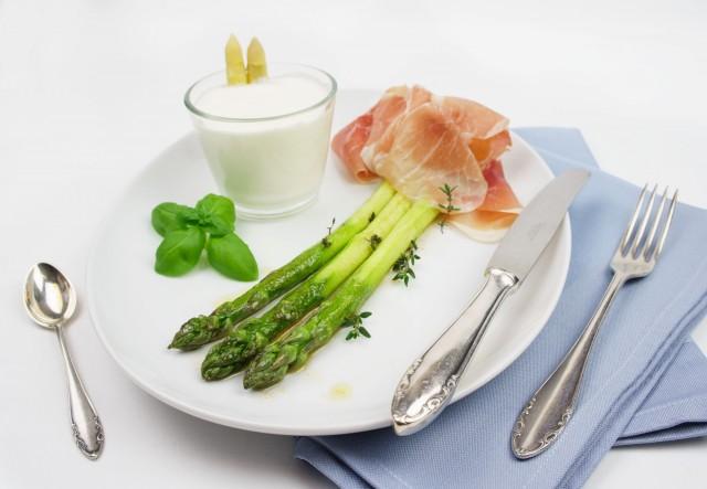 weißes Spargel-Mousse und grüner Butter-Spargel
