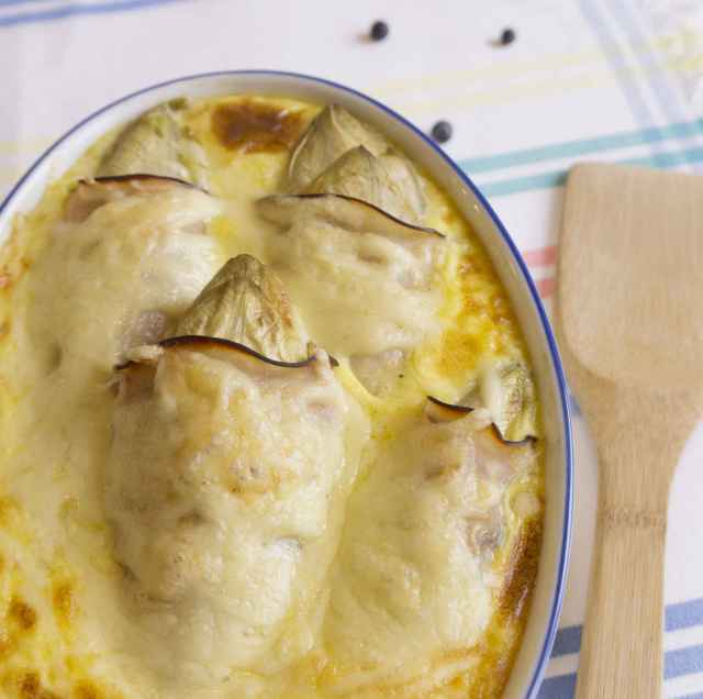 Überbackener Chicorée mit Schinken in Käsesauce