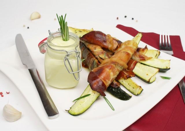 Zucchini-Speck Sticks mit Aioli